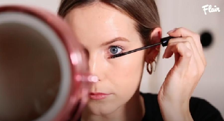 Een extra laagje mascara aanbrengen
