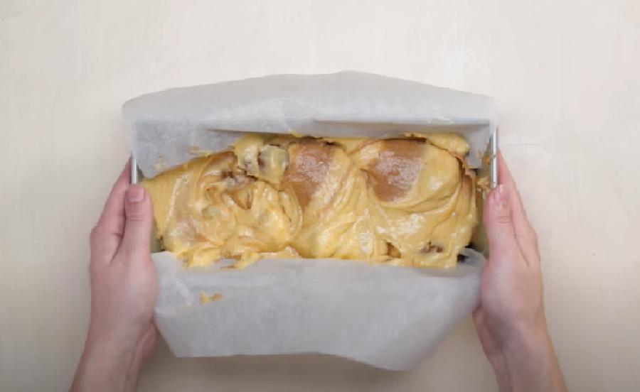 De cakevorm vullen met beslag