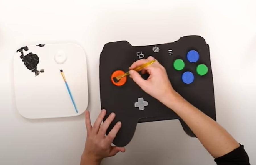 De flessendoppen op de game controller plakken en verven