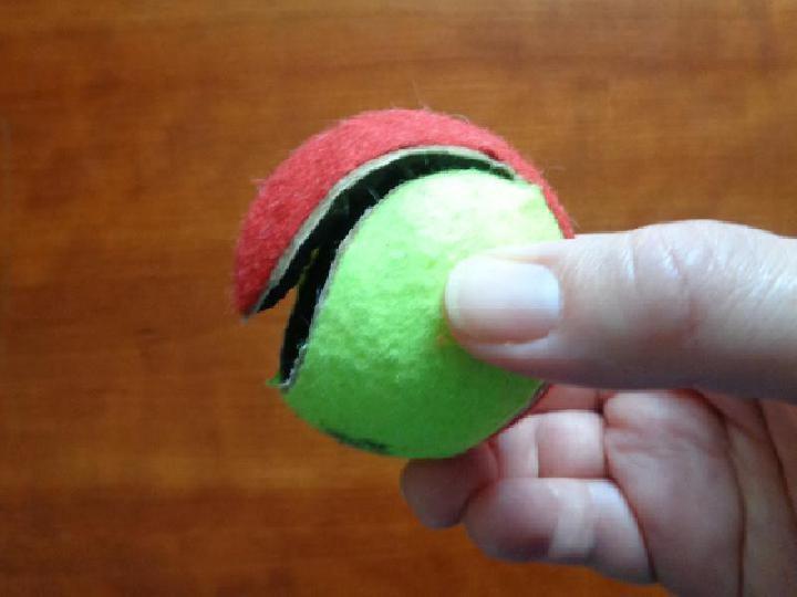 De tennisbal opensnijden