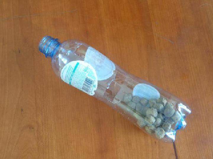 Het flessenspeeltje vullen met koekjes