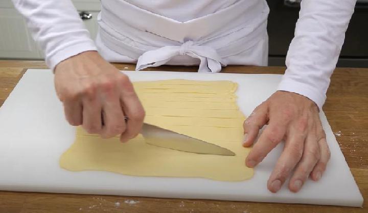 De lap bladerdeeg in stroken snijden