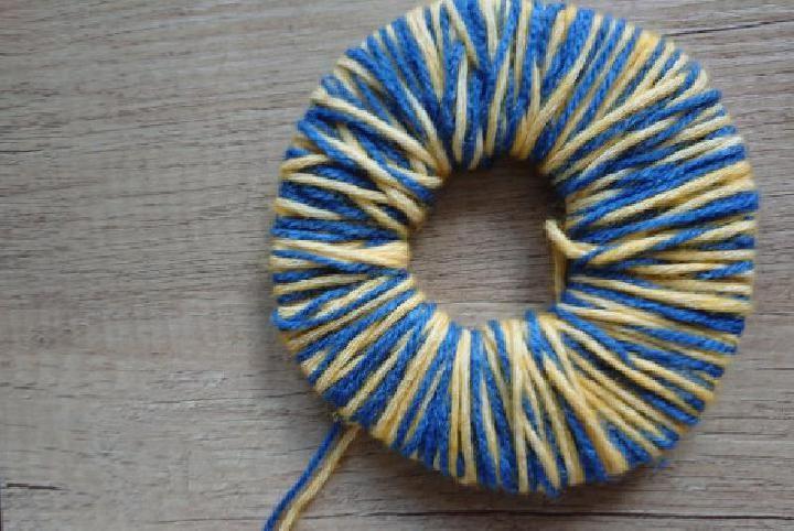 Basis van de pompon met 2 kleuren maken