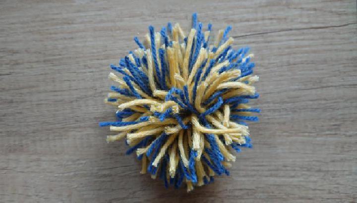 De 2 kleuren pompon maken