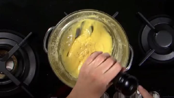 De Hollandaise saus op smaak brengen