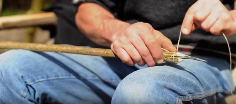 Het touw om het hout wikkelen