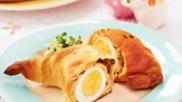 Hoe kun je paasbroodjes bakken gevuld met een hardgekookt ei