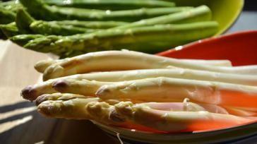 Hoe kun je een ovenschotel met verborgen asperges maken