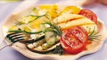 Gemengde groenten van de BBQ met verse kruiden