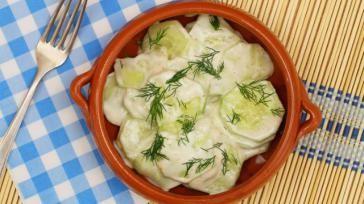 Hoe kun je Poolse komkommersalade met zure room maken