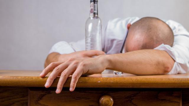 Hoe kun je een kater na teveel alcohol verhelpen? Tips.