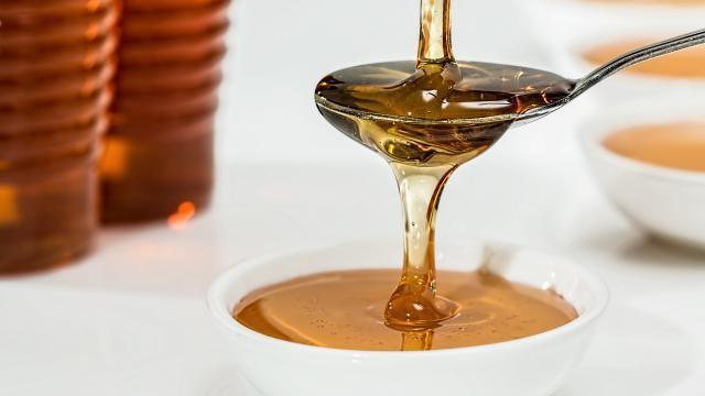 Hoe kun je zelf een honingscrub maken voor een zachte en glanzende huid?