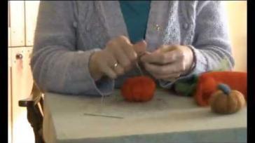Vilten pompoenen van wol maken door droogvilten prikvilten