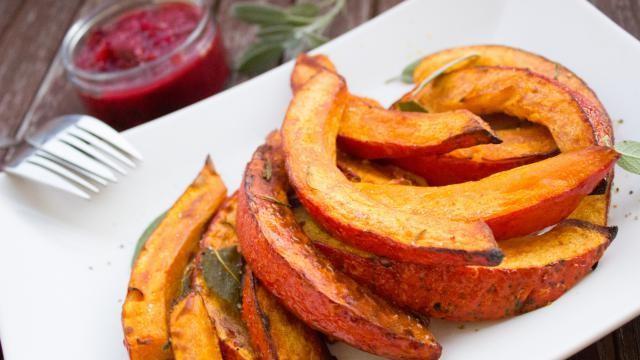 Recept: gebakken pompoen met rode vruchtensaus.