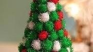 Hoe kun je van pompoms pompoenen een kerstboom maken
