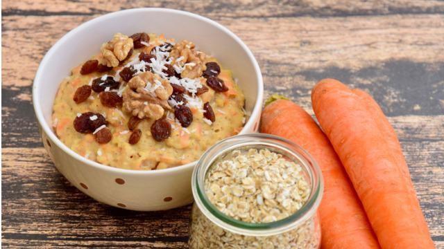 Hoe kun je havermoutpap maken met rozijnen en wortel?
