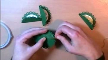 Hoe kun je kerstballen maken van karton en papier