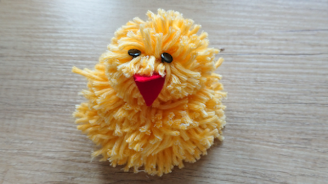 Hoe kun je van pompoentjes (pompoms) een kuiken knutselen voor Pasen?