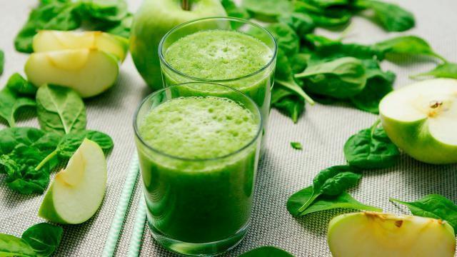 Groene smoothie: spinazie, waterkers, appel. Lekker pittig!