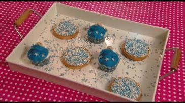 Geboorte traktatie cupcakes versieren met een marsepeinen baby tje