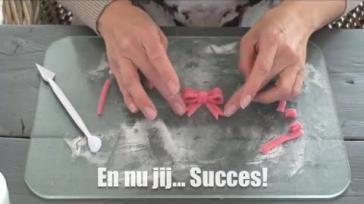 Hoe maak je een strik van marsepein of fondant voor op een gedecoreerde taart