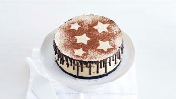 Feestelijk dessert tiramisutaart met chocolade koffielikeur