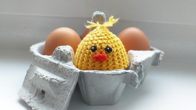 Haken voor Pasen: een kuiken als eierwarmer.