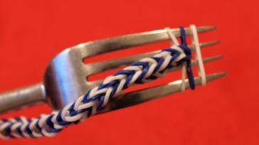 Loomen Rainbow Loom armband maken met een vork