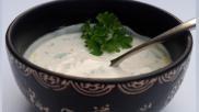 Yoghurtsaus maken voor bij een groentegerecht