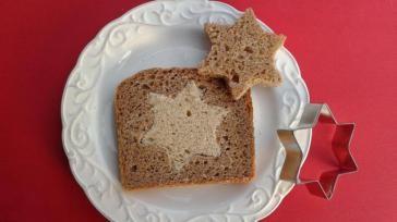 Kerstontbijt idee een boterham met ster