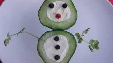 Gezond borrelhapje komkommer mannetje gevuld met roomkaas