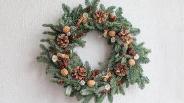 Zelf voor Kerstmis een krans maken van dennengroen