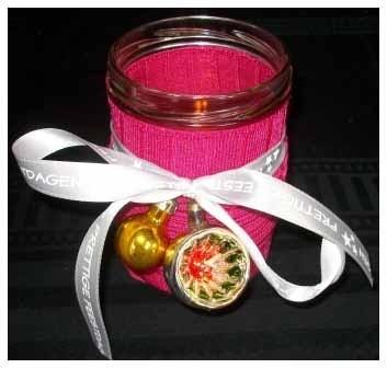 Kerstversiering zelf maken: een simpel en decoratief sfeerlichtje van een glazen potje.