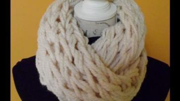 Een col sjaal breien met je armen supersnel en makkelijk