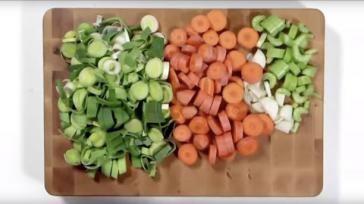 Groentebouillon zelf maken van verse groenten en kruiden