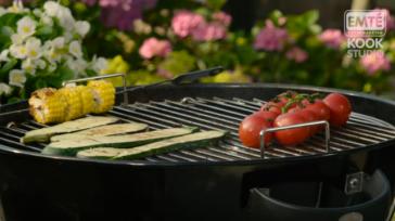Groenten grillen op de barbecue maiskolven tomaat aardappelen en meer lekkers
