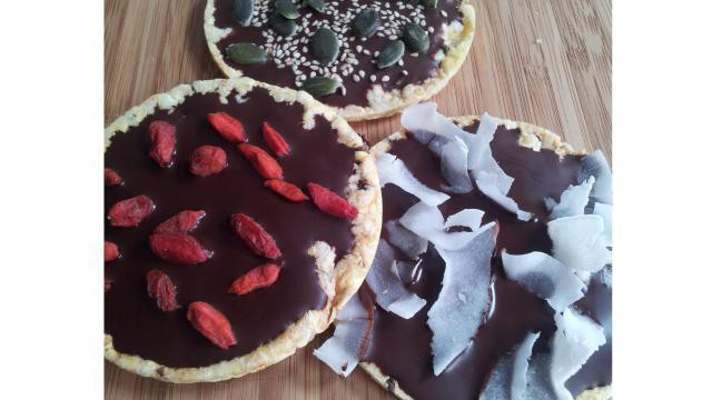 Gezond tussendoortje: chocolade rijstwafels met donkere chocolade en superfoods.