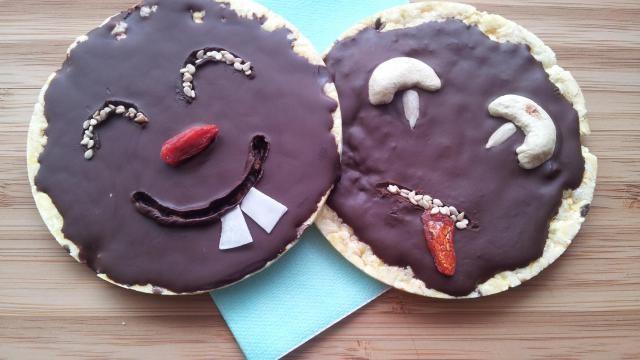 Traktatie maken: chocolade rijstwafels met zaden en gojibessen.