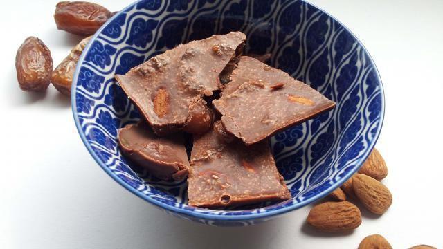 Zelf chocolade maken: met dadels, amandelen, kokosrasp (en zonder suiker).