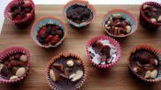 Feestelijke gezonde traktaties chocolaatjes zonder suiker met rozijnen noten en ander lekkers