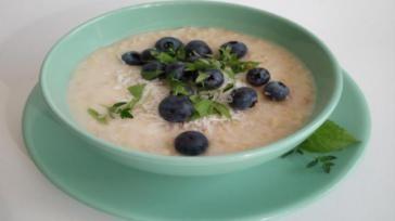 Gezond ontbijt havermoutpap met blauwe bessen en verse kruiden