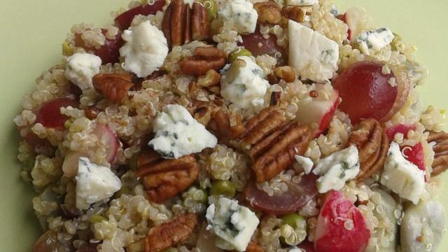 Quinoa recept: rijkgevulde quinoa salade met groenten, druiven, noten en roquefort.