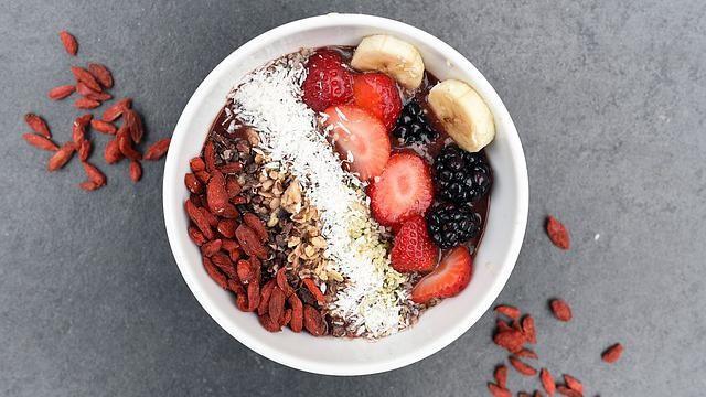 Gezond ontbijt: yoghurt met speltmuesli, frambozen, banaan en kokos.