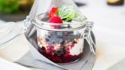 Gezond ontbijt om mee te nemen yoghurt met overnight muesli superfoods en fruit
