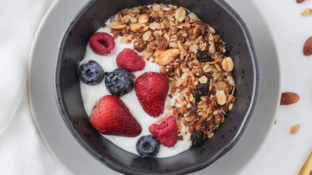 Gezond ontbijt recept: yoghurt met granola en vers fruit.