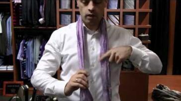 Een sjaal dragen verschillende manieren om te knopen waaronder als stropdas