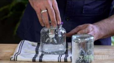 Knutselen voor Kerst een feestelijke glitter sneeuwbol maken van een glazen pot