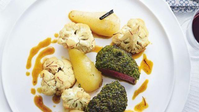 Culinair recept: tournedos met een kruidig korstje, stoofperen en bloemkool met saffraan.