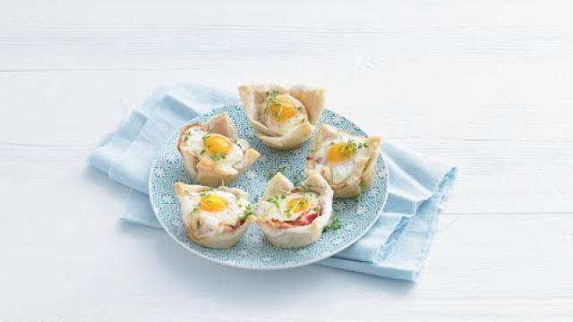 Mini-brood-quiche-met-spek-en-ei-voor-een-feestelijk-ontbijt-bijv-moederdag-of-de-paasbrunch