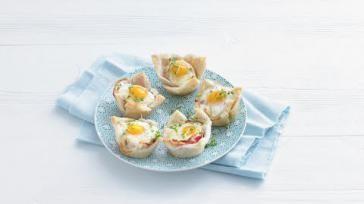 Mini brood quiche met spek en ei voor een feestelijk ontbijt bijv moederdag of de paasbrunch